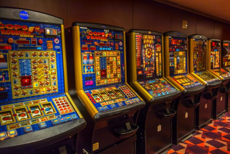HOW THE HOUSE GETS ITS EDGE IN SLOTS MACHINES
